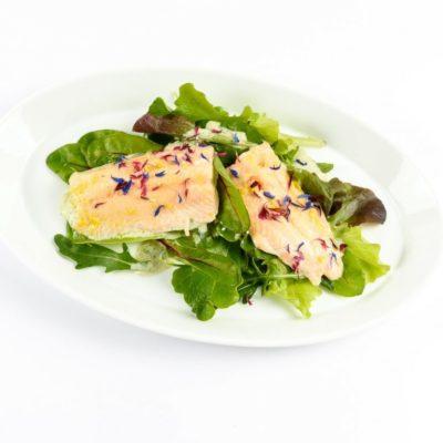Saibling auf gemischtem Salat