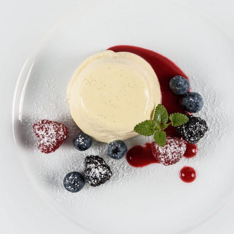 Bayrisch Creme auf Fruchtspiegel mit gemischten Beeren