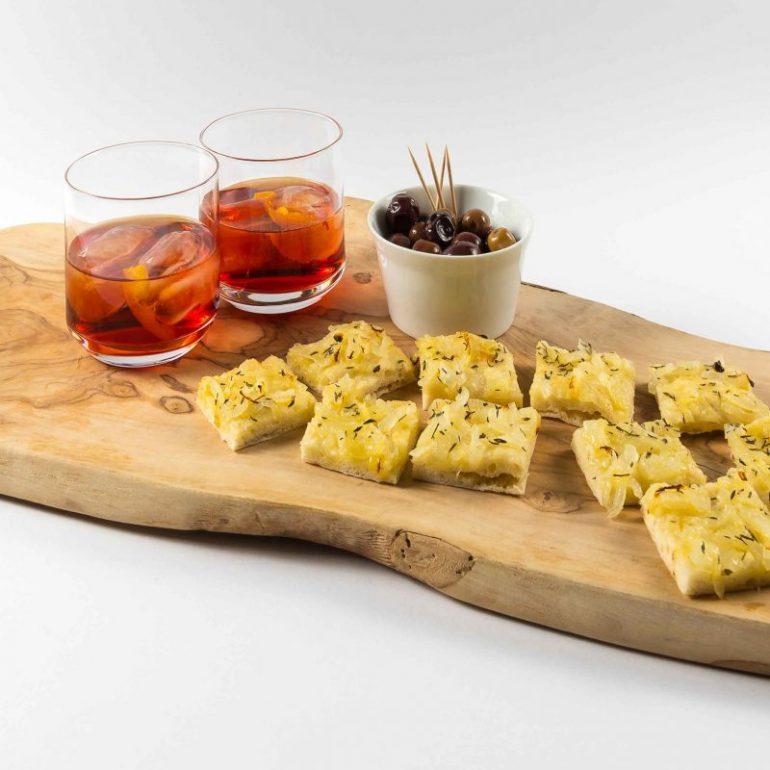 Zwiebelpizza-Stückchen, Oliven und Negroni, Trinkgläser Nordal,