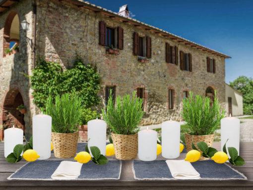 Tischdeko Sommer, Toskana mit Fridfull Übertopf von IKEA, Nordal Tischsets Blau, Farluce Teelichthalter als Kerzen, Servietten weiß aus Leinen
