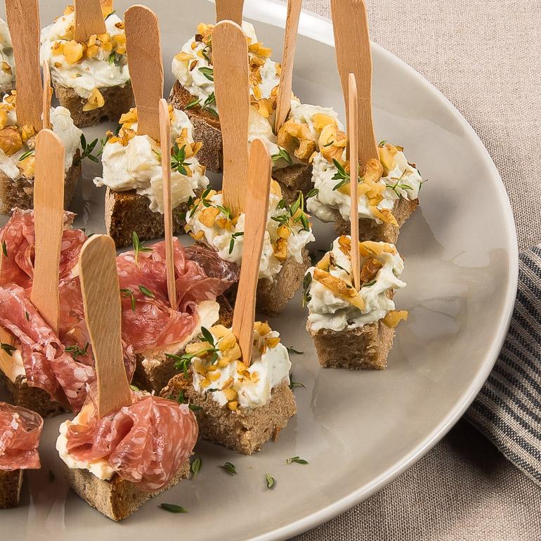 Französische Baguettesalami mit Dijon-Frischkäse oder Roquefort-Creme mit Walnüssen auf Krustenbrot