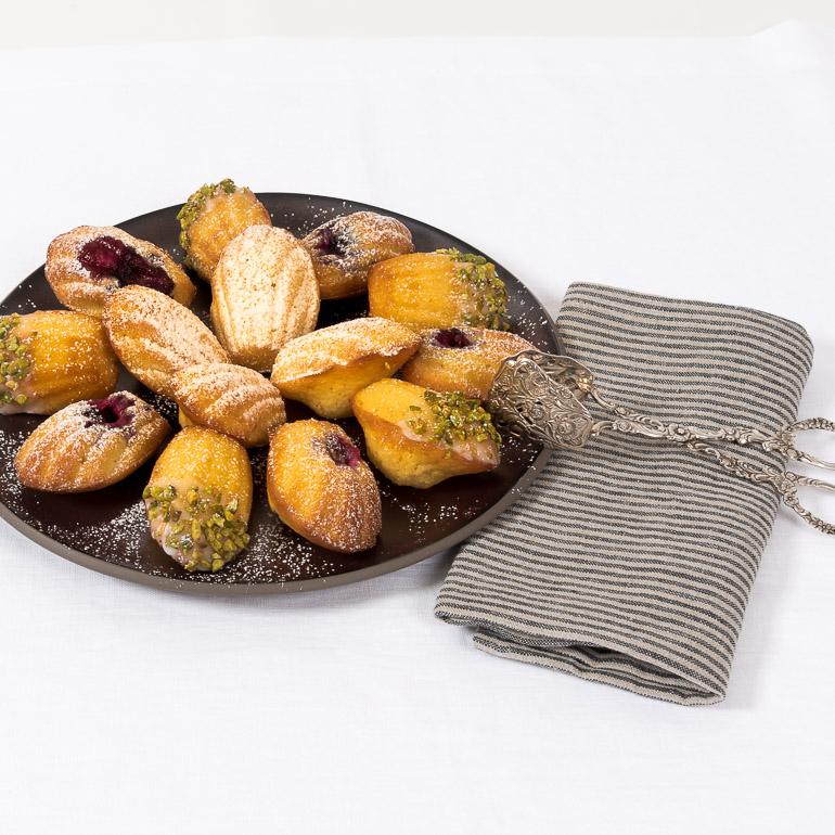 Madeleines mit Blaubeeren, Pistazien oder klassisch zitronig auf Rosenthal Junto Bronze Teller