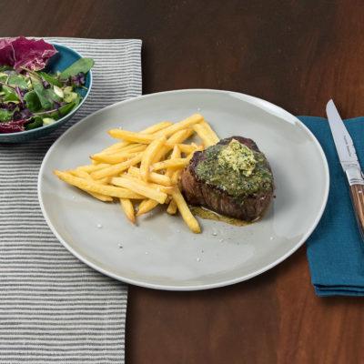 Steak Frites mit Gewürzbutter aus Anchovis, Kapern und Estragon auf Rosenthal Junto Pearl Grey Teller