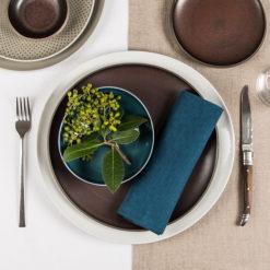 DINNER STORIES Tischwäsche aus Leinen gezeigt mit Rosenthal Junto Geschirr