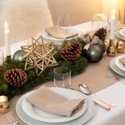 Weihnachtsdeko in grün und gold auf dem Weihnachtstisch