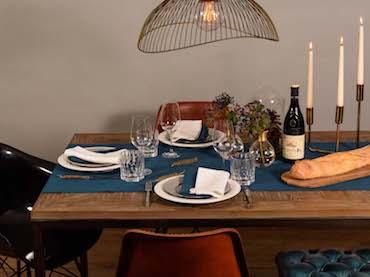 Tischdeko mit Tischläufer in Petrol, Nordal Vasen Messingring