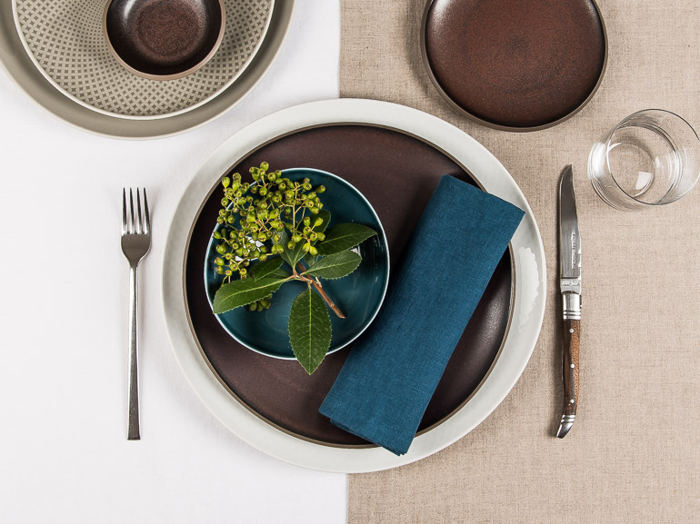 Tischwäsche Leinen in Petrol, Natur und Weiß, gezeigt mit Rosenthal Junto