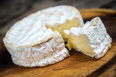 Camembert auf Brett