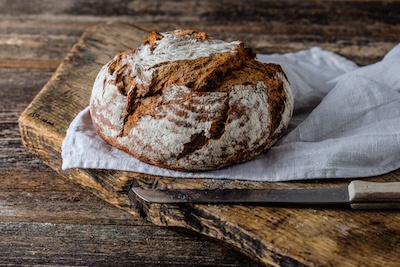 Frisches rundes Brot auf einem Holzbrett
