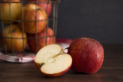 Äpfel frisch auf Tisch und in Korb