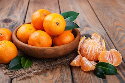Mandarinen geschält und ungeschält