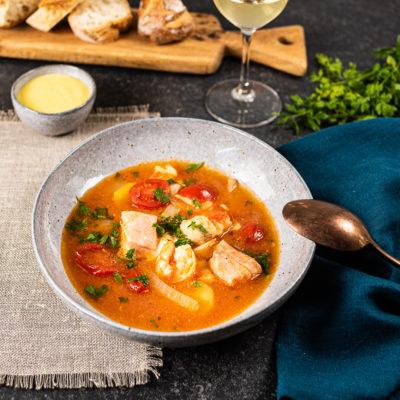 Rezept Bouillabaisse, französische Fischsuppe mit Leinen-Serviette Petrol und Tischset Natur mit Fransen