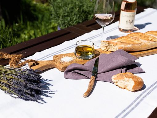 Stimmung Provence mit Lavendel und Laura Living Style Servierbrett Baguette sowie Serviette Leinen Lavendel