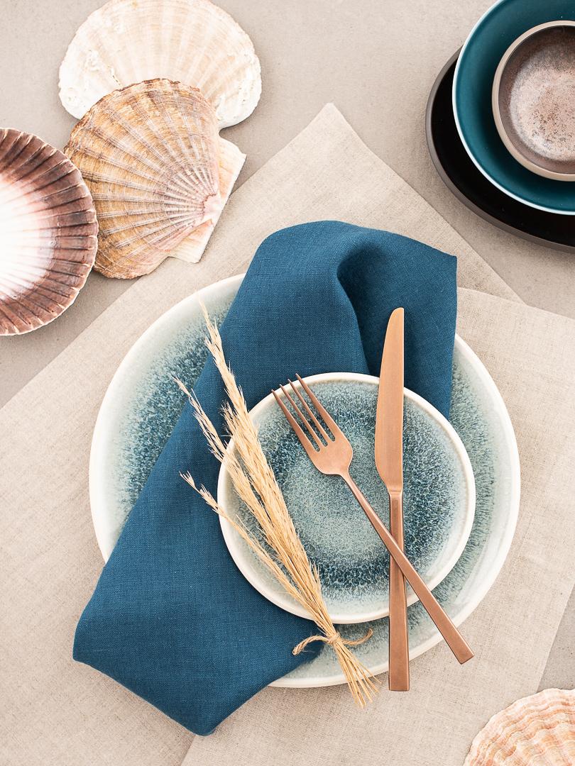 DINNER STORIES Leinentischwäsche mit Rosenthal Junto Geschirr Aquamarin