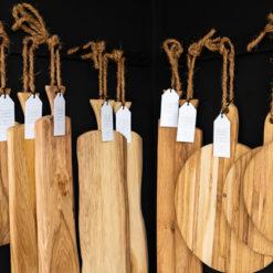 Verschiedene Servierbretter und Schneidebretter der Marke Laura Living Style in nachhaltigem Eichenholz mit Griffen zum Aufhängen