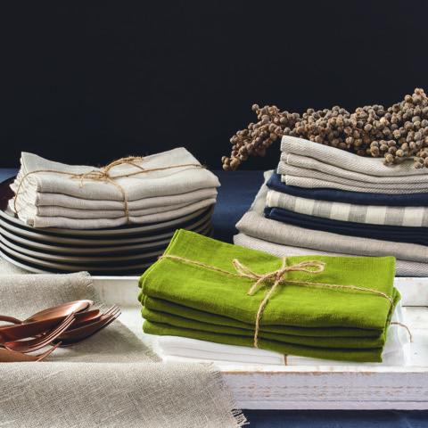 Leinen Servietten und Läufer in verschiedenen Farben gestapelt