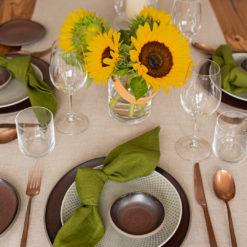 Tischsetting mit Leinen-Servietten Moosgrün und Leinen-Tischläufer Greige sowie Vase UTILITY und Windlicht LIGHT von LSA