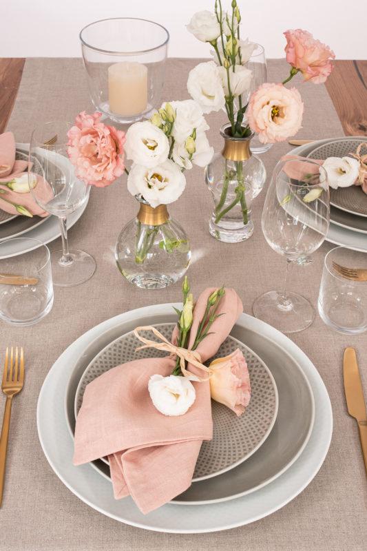 Tischwäsche Rosé und Greige mit Nordal Vasen Gold