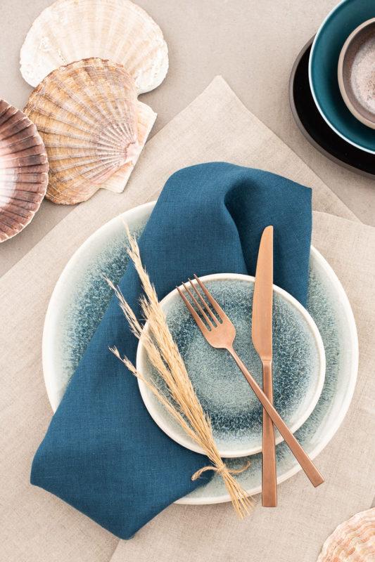 Serviette Leinen Petrol und Tischläufer Leinen Greige zu Rosenthal Junto Aquamarine, Leinen-Tischwäsche in Petrol
