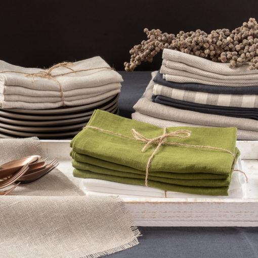 Servietten aus Leinen in verschiedenen Farben, dominierend Moosgrün, Produktkategorie