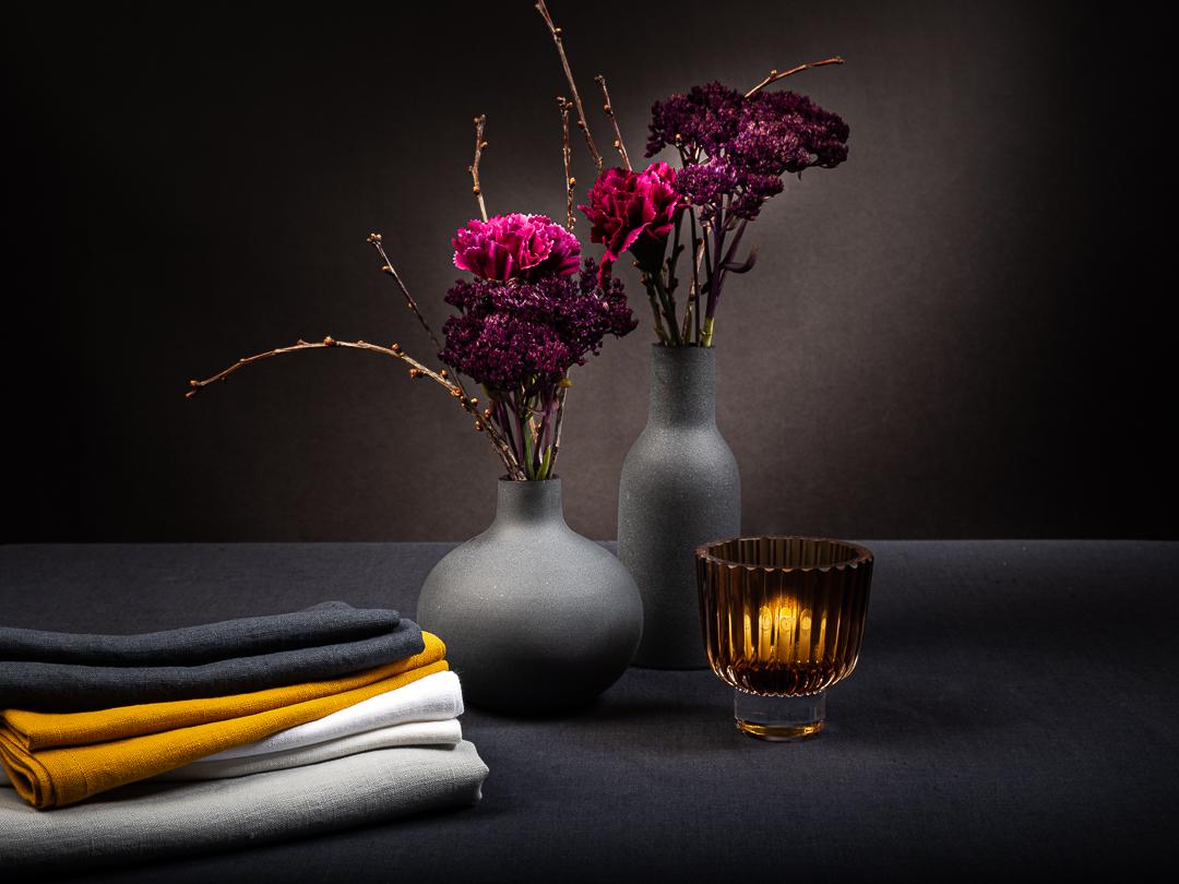 Tischdeko dunkel mit Leinen Tischwäsche Anthrazit, Mango, Weiß und Vasen Anthrazit, Windlicht LSA Bernstein