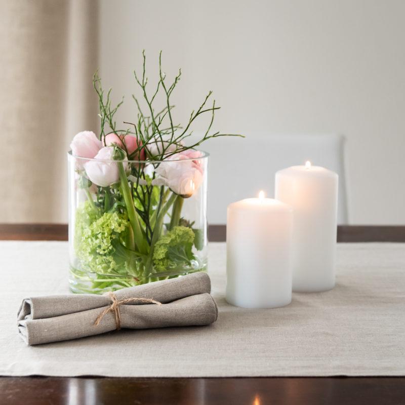 Blumen im Glas, Tischläufer in Natur Leinen, Servietten Leinen Natur, Permanent Kerzen Farluce