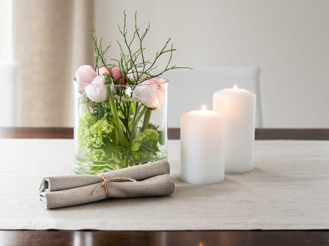 Tischdeko Frühling mit Blumen im Glas, Tischläufer in Natur Leinen, Servietten Leinen Natur, Permanent Kerzen Farluce