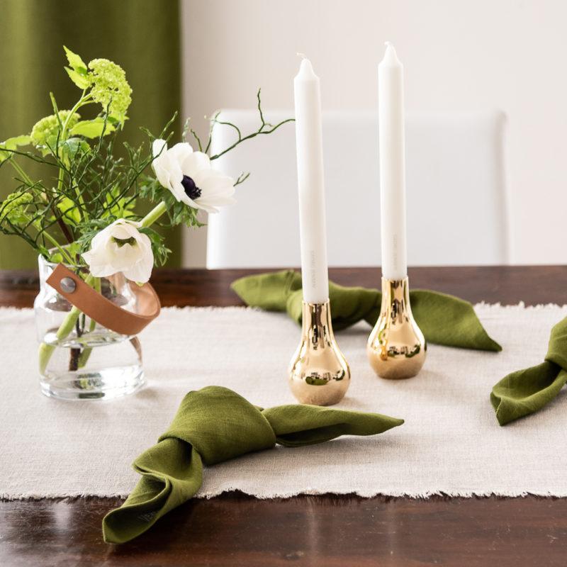 Tischdeko Trends 2020, Servietten Leinen Moosgruen, Tischläufer Leinen Natur, Kerzenleuchter Georg Jensen in Gold und Vase mit Lederhenkel Utility von LSA International