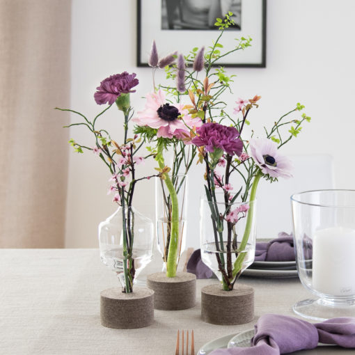 Tischdeko Frühling in Lavendel und Violett Designervasen mit Filzsockel aus Glas in drei verschiedenen Formen und Größen von Carsten Gollnick für Playground by BHS Tabletop