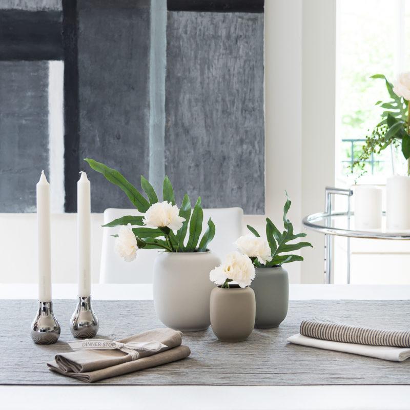 Tischdeko mit Bauhaus Vasen Form_R von DESIGN WE LOVE und Georg Jensen Kerzenleuchtern
