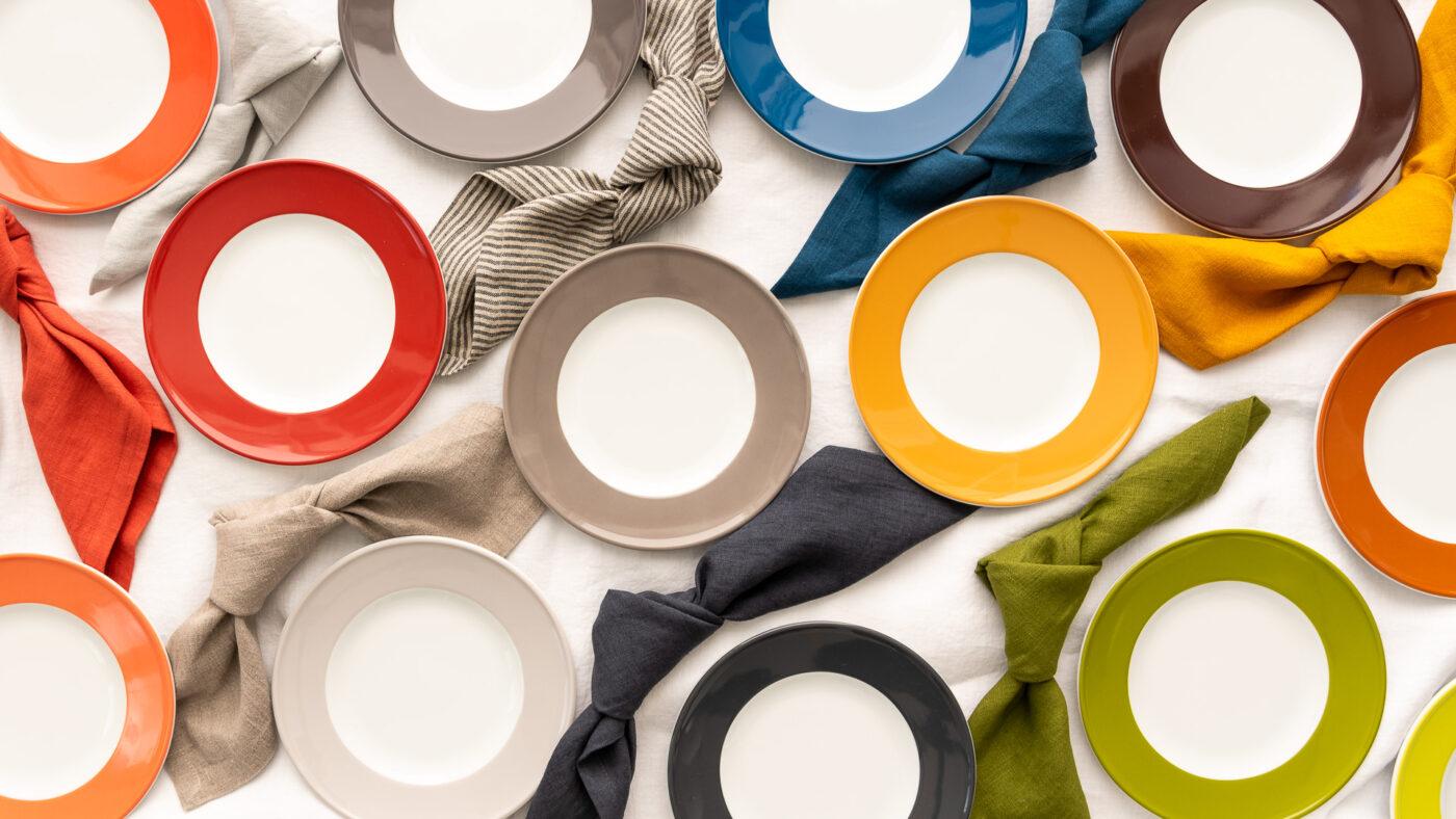 Tischwäsche zu Dibbern Solid Color in verschiedenen Farben dargestellt mit Tellern und Servietten