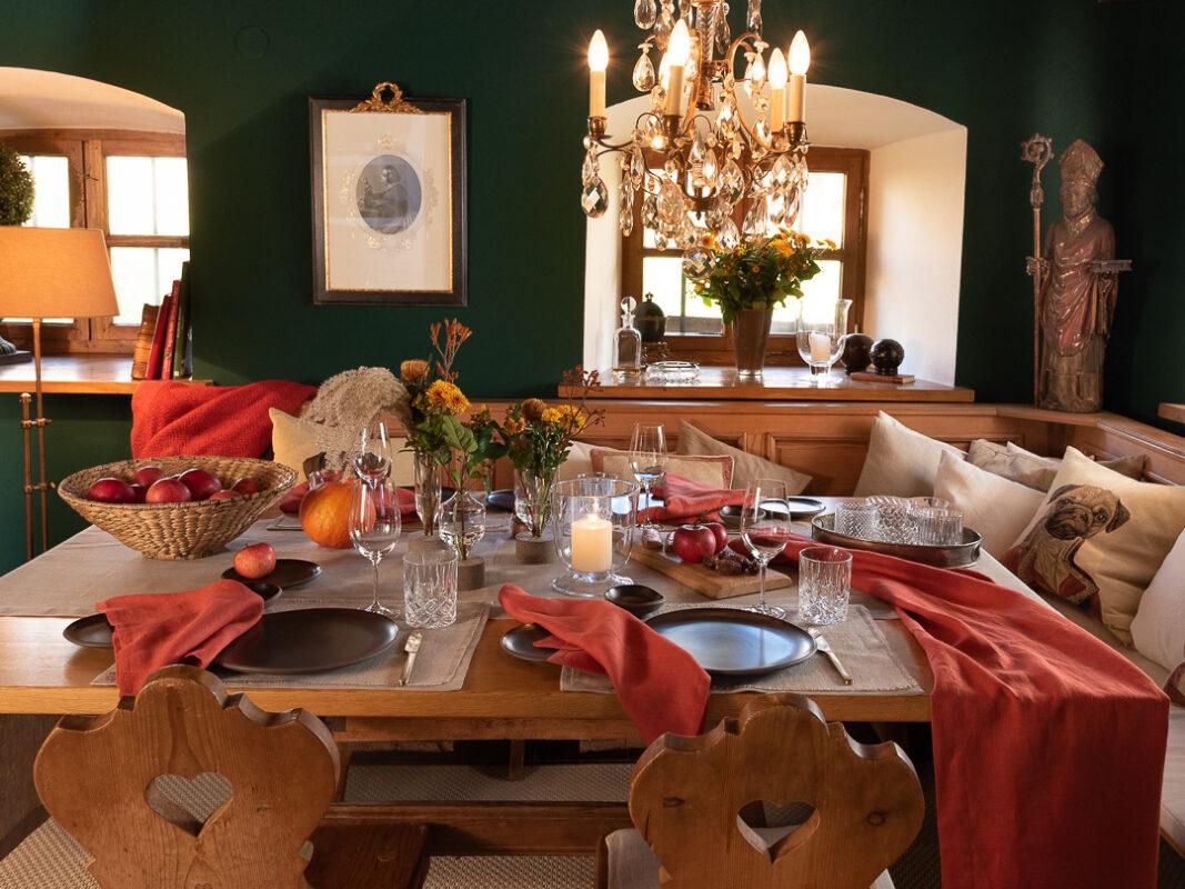 Tischdeko in Erdtönen, herbstlich in Orange, Terracotta, Rostrot