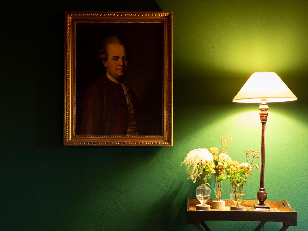 Stillleben in Trendfarbe Grün mit Vasen