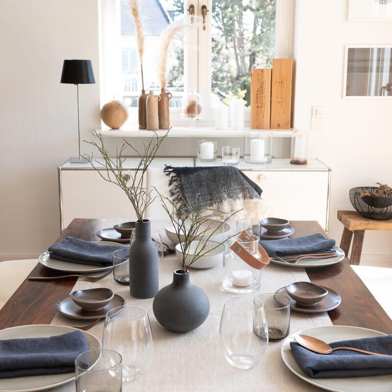 Tischdeko Japandi Interior mit Leinen-Tischwäsche von DINNER STORIES