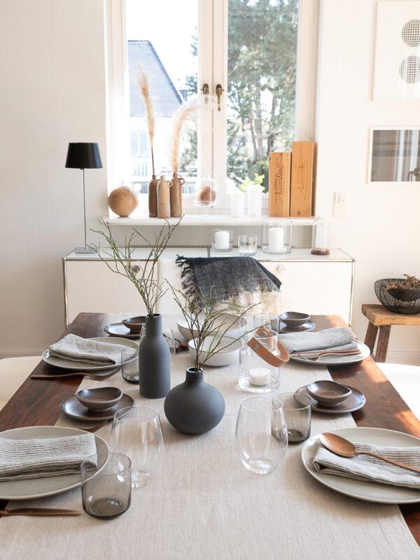 Tischdeko Japandi Look mit Leinentischwäsche von DINNER STORIES in Greige und Eukalyptus