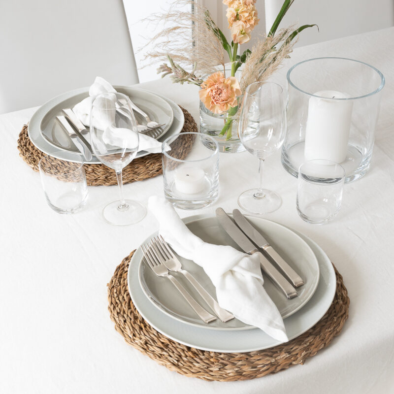 Tischdeko Natur Pur, natürlich und hell mit Tischsets aus Seegras, Leinentischdecke und Leinenservietten in Weiß