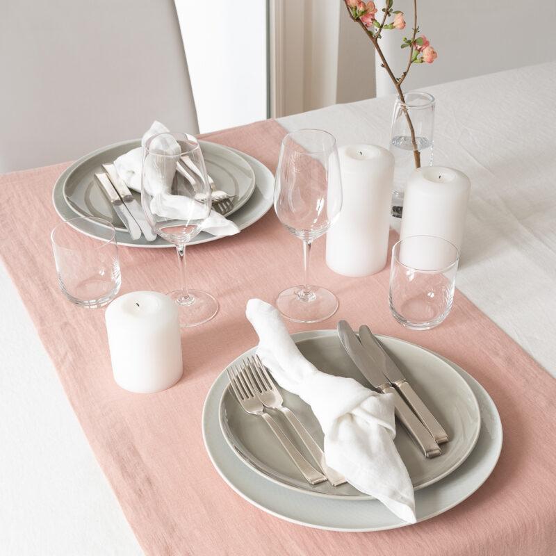 Tischdeko Rosé mit Quittenzweig, Tischläufer Rosé, Tischdecke Weiss, Servietten aus Leinen Weiß