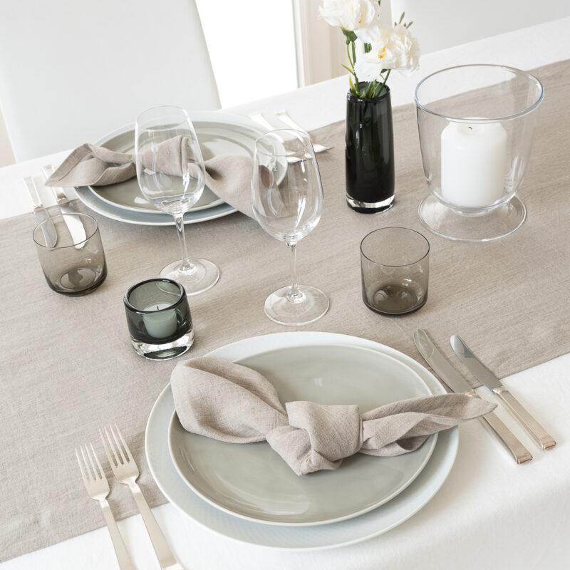 Tischdeko Smokey Natural mit Tischläufer lang und Servietten aus Leinen in Greige, Vasen von LSA International